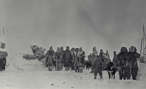 Copper Inuit at snowhouse village north of the Coppermine River mouth, November 3, 1915. R. M. Anderson 38962.